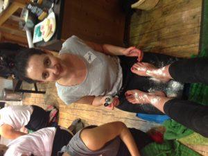Jenny a.k.a. der Spa Profi persönlich pudert mir die Füße, damit ich nach der ganzen Pflege nicht ausrutsche
