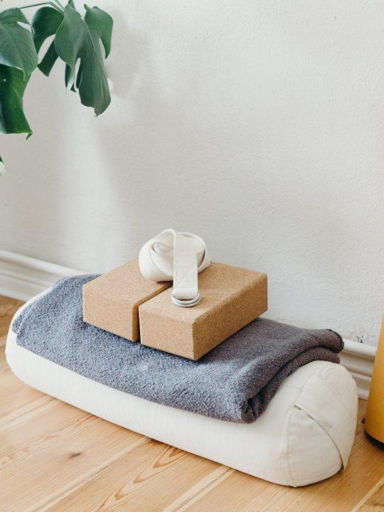 Vom Block übers Bolster zum FeetUP: So setzt du Yoga Hilfsmittel sinnvoll ein 3