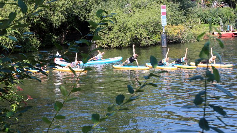 SUP Yoga Berlin – Gruppe im Wasser