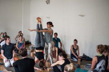 Lerne Kopfstand & Co. im Inversions-Workshop mit Rebecca