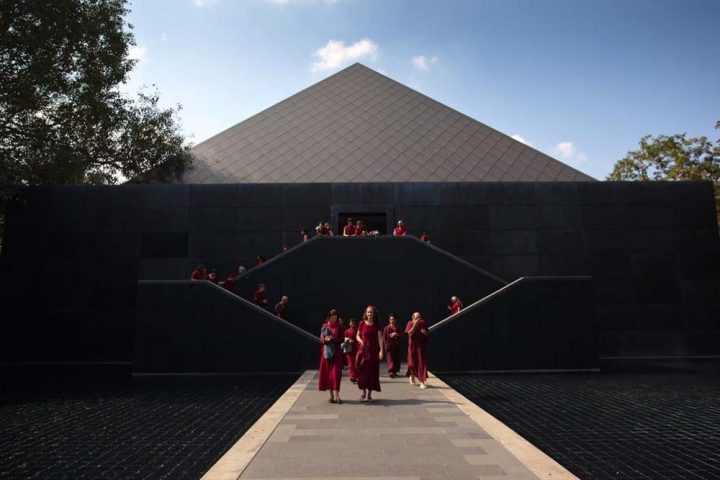 Osho Meditationszentrum: Anhänger in Roben