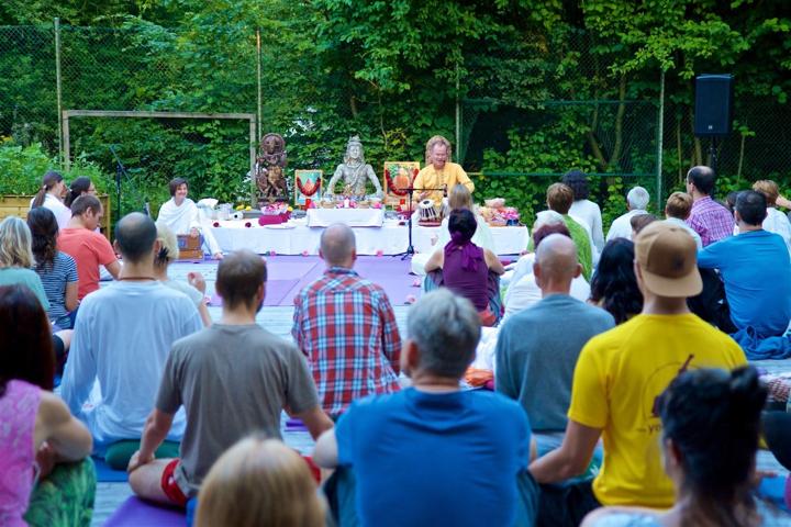 Yoga Vidya: In 4 Wochen, 2 oder 3 Jahren Yogalehrer*in werden