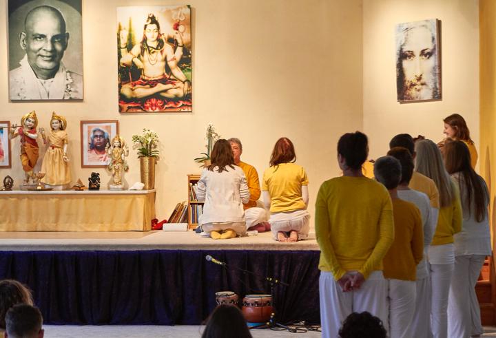 Yoga Vidya: In 4 Wochen, 2 oder 3 Jahren Yogalehrer*in werden 1