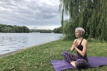 Outdoor-Yoga: Tipps für Praxis im Grünen + die besten Locations 2