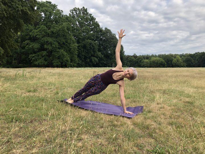 Outdoor-Yoga: Tipps für Praxis im Grünen + die besten Locations