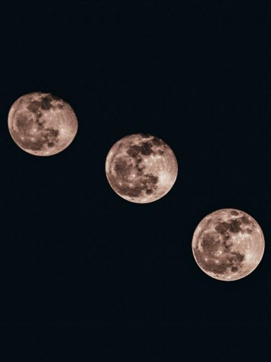 Mondgruß statt Sonnengruß: Eine Yoga-Sequenz für mehr innere Stille