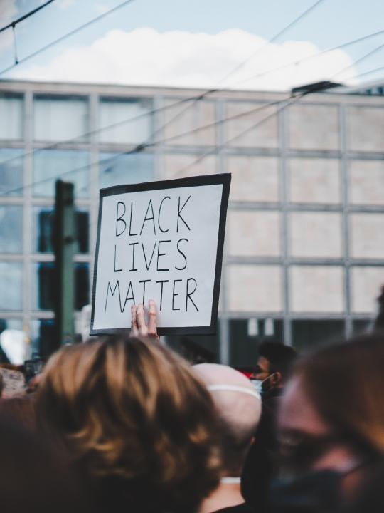#amplifymelanatedvoices: Diese Schwarzen Stimmen der Spiri- und Yogaszene solltest du kennen