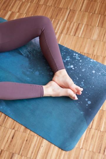 Sheila auf Obove im Yogamattentest