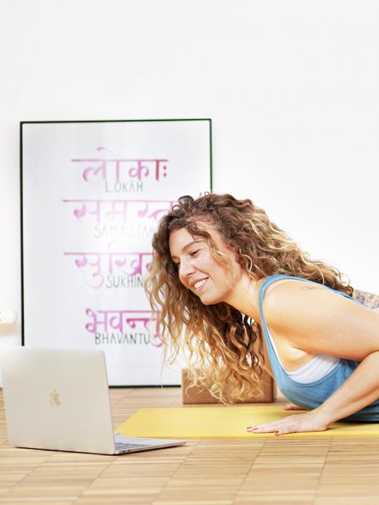 Yoga für Anfänger: Sheila übt die Kobra mit Video