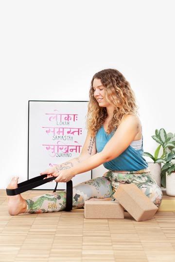 Yoga für Anfänger: Sheila übt mit Hilfsmitteln