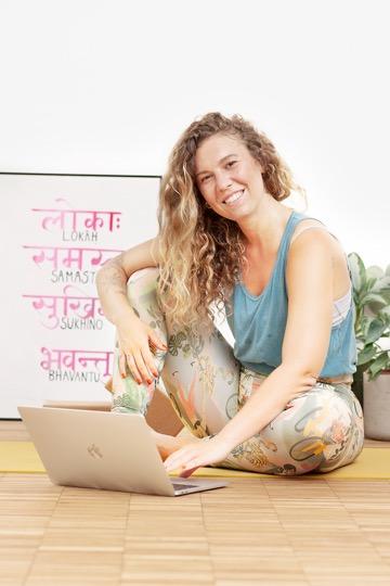 Yoga für Anfänger: Sheila mit Laptop