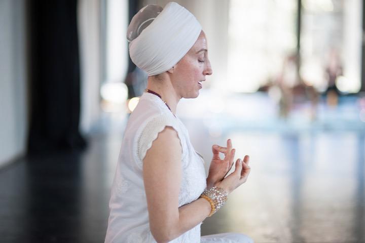Kundalini Yoga: die Autobahn zu deinem wahren Ich Lehrerin mit Turban